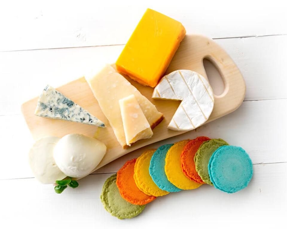 えびせんべいとチーズが合体したマカロンのようなえび菓子